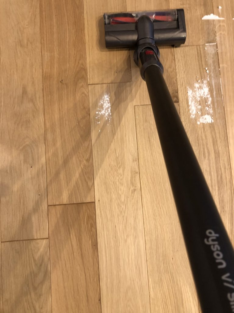 ダイソンとマキタのコードレス掃除機吸い込み比較写真